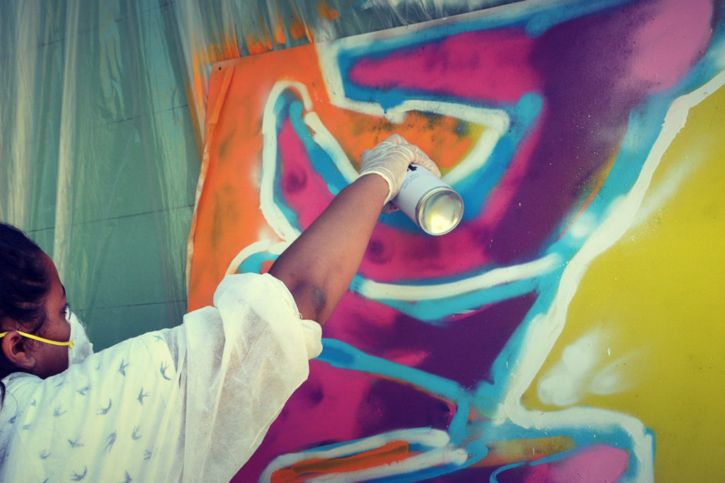 Atelier graffiti animé par l'artiste Enkage pour l'espace jeune à Gréasque