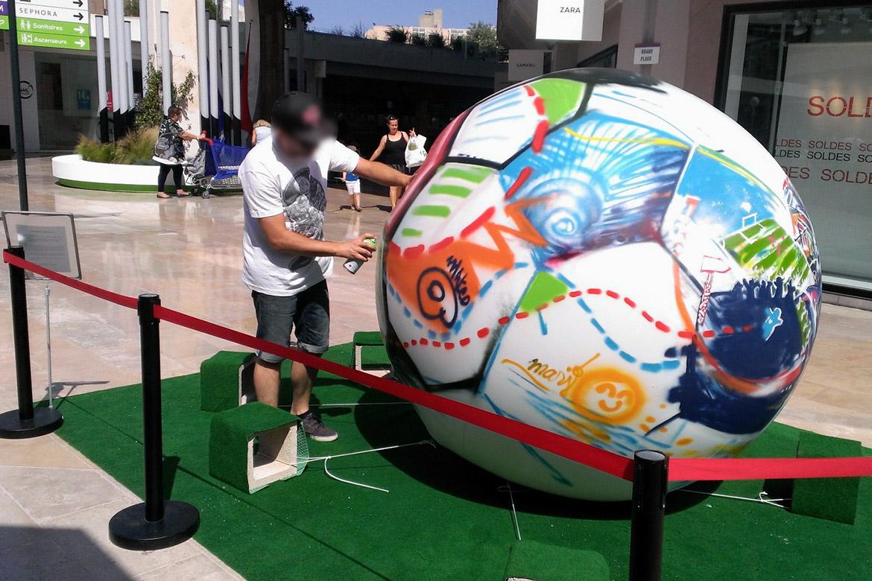L'artiste Acet qui accompagne le graffeur Enkage sur cette personnalisation du ballon de l'Euro 2016