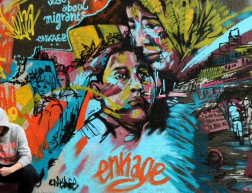 Peinture fresque graffiti sur la question des migrants à Paris