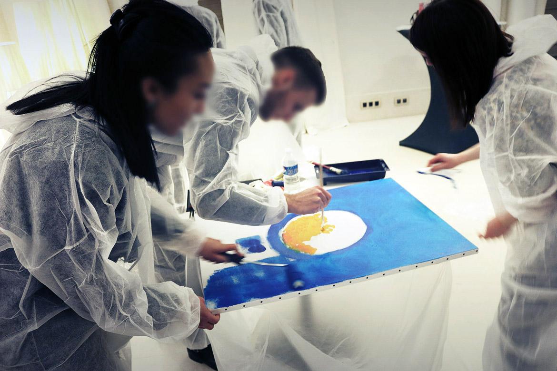 Team building artistique - tous en tenue pour la peinture!
