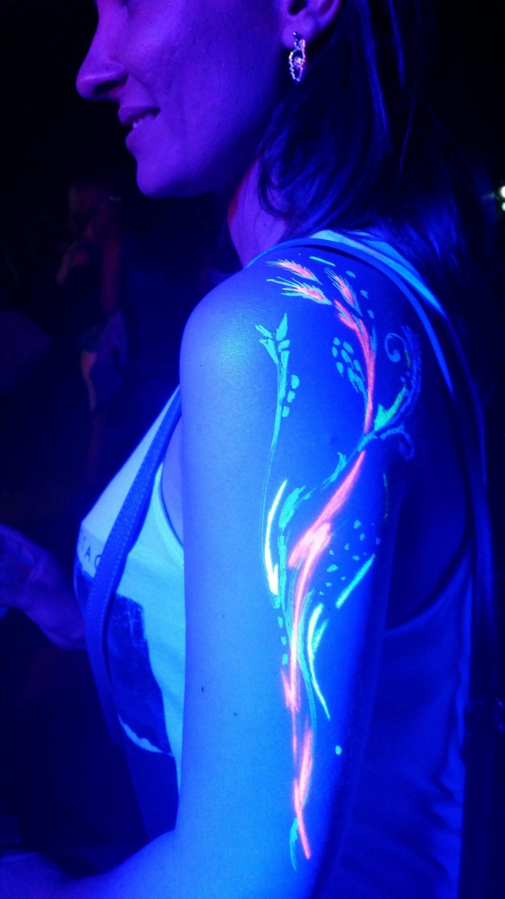Le body painting est très apprécié par le public féminin du festival