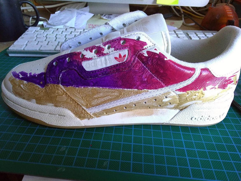 Un basket sneaker en préparation de peinture en customisation Angelus Painting avec un verni Golden Artist Color