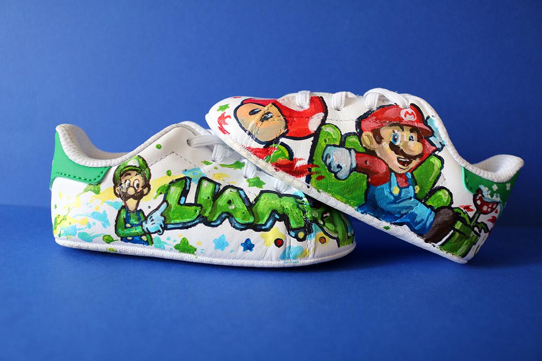 Plus petite paire de sneakers peintes par Enkage sur le thème Mario Nintendo