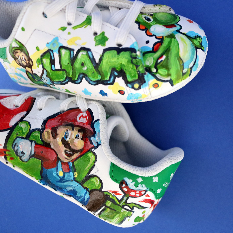 Sneaker peinte avec Mario, Toad, Yoshi et Luigi par l'artiste Enkage