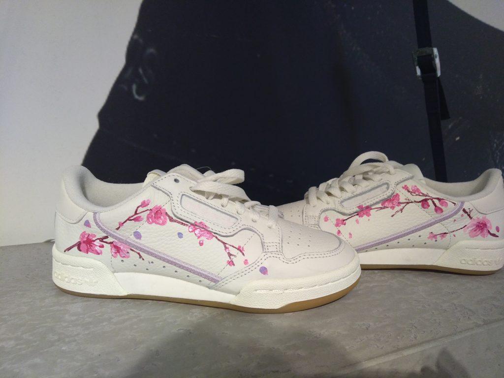 Sneaker peinte avec une branche de cerisier japonais par Enkage