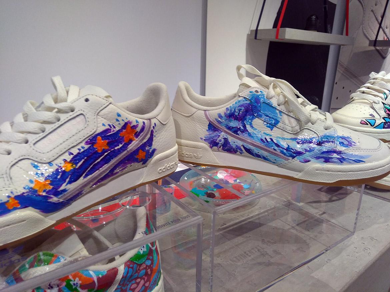 Motif vague et ciel étoilé pour cette paire de sneakers de collection par Enkage