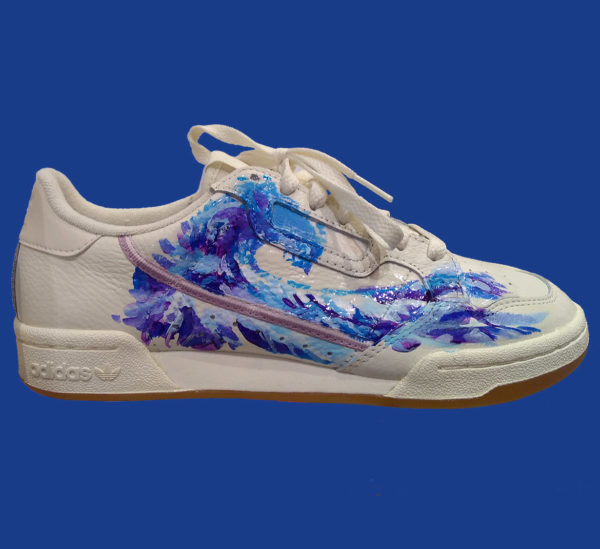 Customisation de sneakers motif vague par l'artiste Enkage