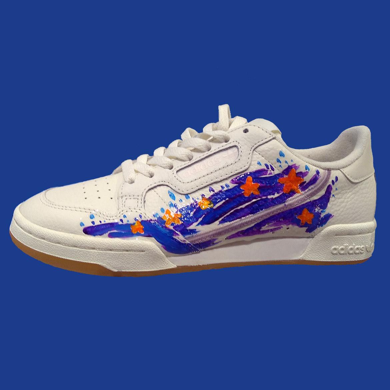 Peinture de sneakers motif étoiles par l'artiste Enkage