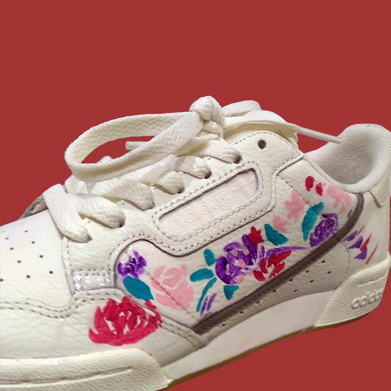 Peinture de sneakers, fleurs et couleurs par l'artiste Enkage