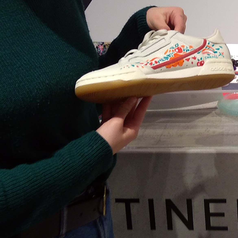 Prestation en événementiel customisation de sneakers en live par Enkage