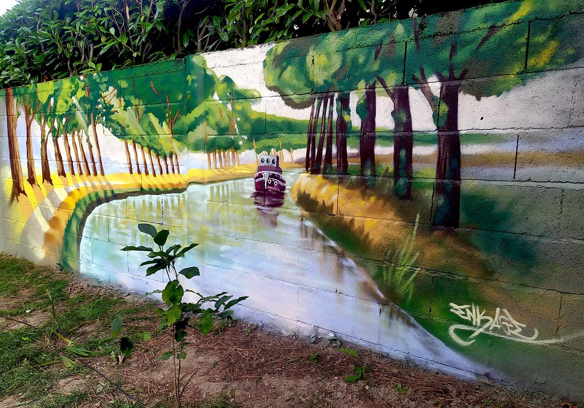 Fresque graffiti à domicile dans le jardin : Toulouse le canal du midi artiste graffeur décoration : Enkage