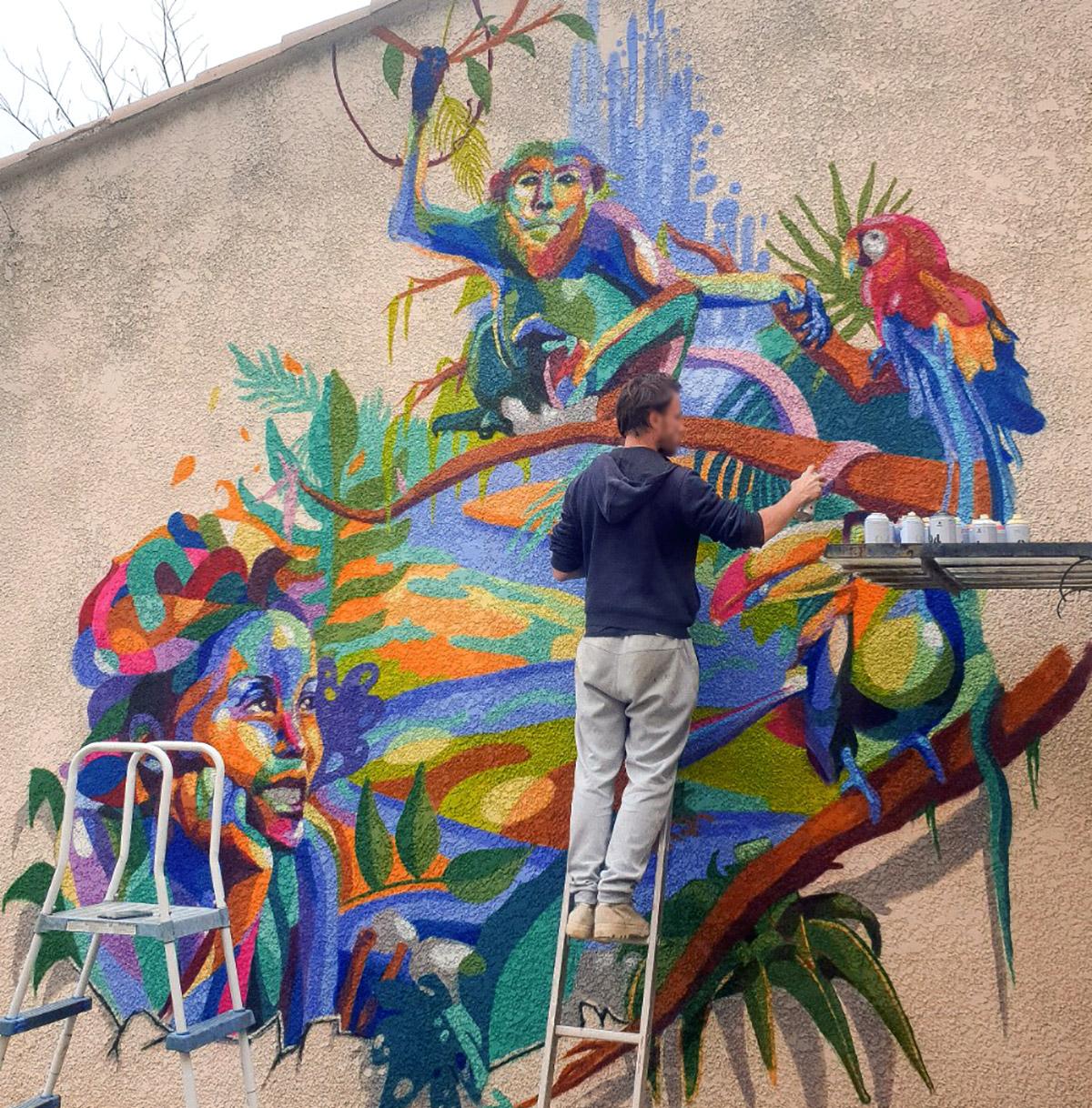 Portrait de femme et animaux en street art par l'artiste graffeur Enkage